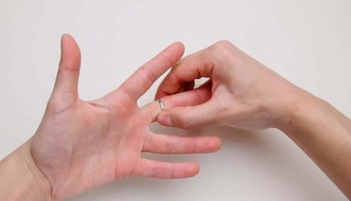 Το κόλπο που κάνουν στα νοσοκομεία για να βγάλουν ένα δαχτυλίδι που έχει σφηνώσει (Video)