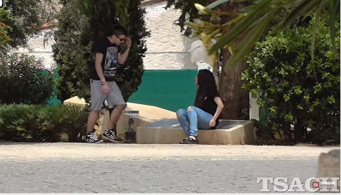 Κοινωνικό πείραμα: Κακοποιούσε την κοπέλα του στο κέντρο της Αθήνας και οι αντιδράσεις ελάχιστες