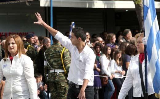 "Mαθητής σηκώnει το χέρι του και να απευθύνει προς toyw epis;hmoyw την ""εθνική"" χειρονομία"