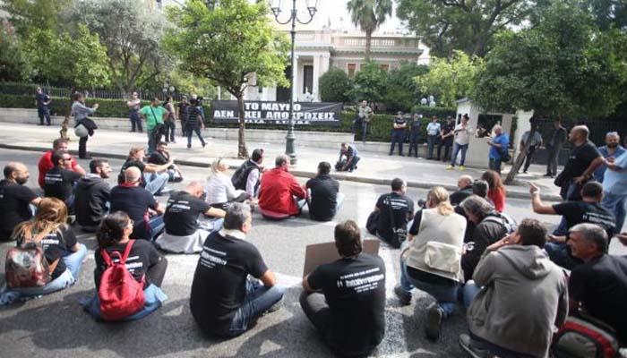 Μαύρο πανό κρέμασαν στο Μαξίμου δημοσιογράφοι και τεχνικοί