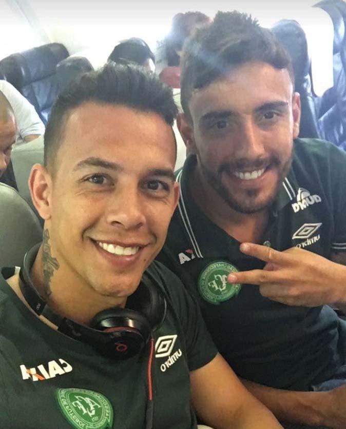 δύο ποδοσφαιριστές να έχουν καθίσει μαζί στην πτήση και να έχουν βγάλει την διπλανή selfie πριν την απογείωση