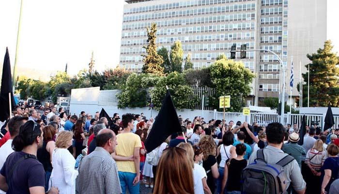 Οι κάτοικοι Μενιδίου διαδηλώνουν έξω από το υπουργείο Προστασίας του Πολίτη