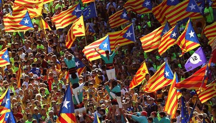 Adiós España - Adéu Espanya (Αντίο Ισπανία) από χιλιάδες Καταλανούς