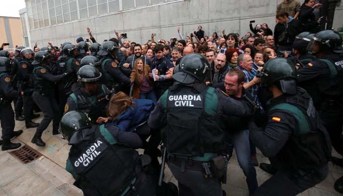 Βία στην Καταλονία: Στο χειρουργείο πολίτης με τραύμα από πλαστική σφαίρα στο μάτι