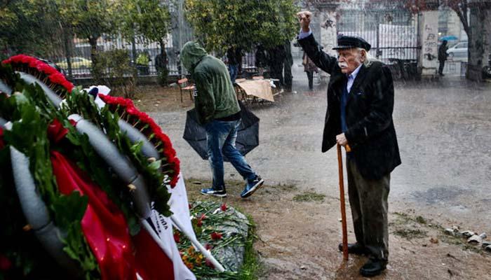 Συγκλονιστικός ο Μανώλης Γλέζος - Υπό καταρρακτώδη βροχή στο Πολυτεχνείο