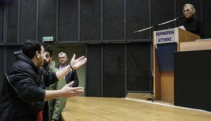 Λεκτική επίθεση κατοίκων Μάνδρας στη Περιφερειάρχη Ρένα Δούρου