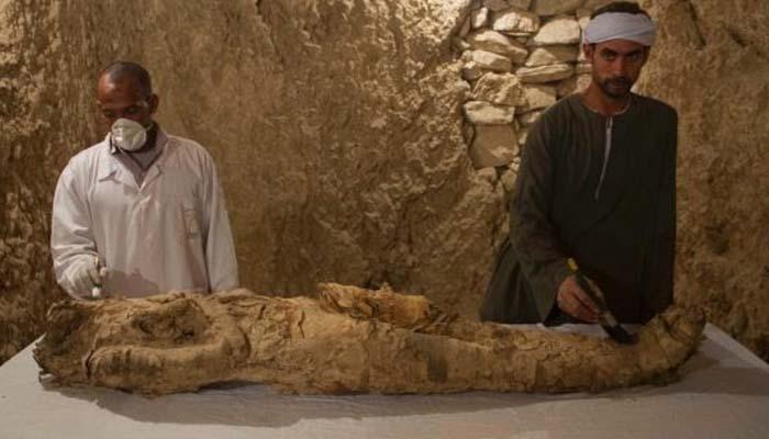 Αίγυπτος: Αρχαιολόγοι ανακάλυψαν μούμια σε ασύλητο τάφο στο Λούξορ