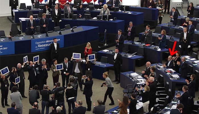 Το Βραβείο Ζαχάρωφ στην αντιπολίτευση της Βενεζουέλας - Όλοι όρθιοι, ο Παπαδημούλης καθιστός
