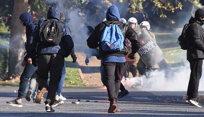 Πετροπόλεμος και χημικά αυτή την ώρα στα Προπύλαια, στο κέντρο της Αθήνας, λίγο πριν την έναρξη της μαθητικής πορείας για τα εννέα χρόνια από το φόνο Γρηγορόπουλου.