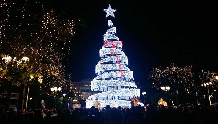 Αθήνα: Φωταγωγήθηκε το δέντρο στην πλατεία Συντάγματος