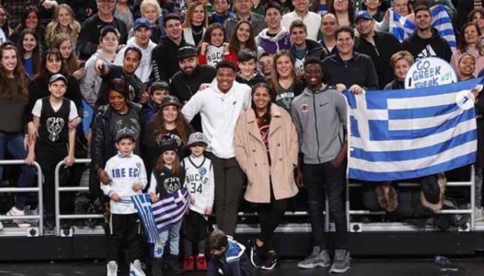 Ο Γιάννης Αντετοκούνμπο τραγουδάει τον εθνικό ύμνο με Έλληνες φιλάθλους στο γήπεδο των Μπακς (ΒΙΝΤΕΟ)