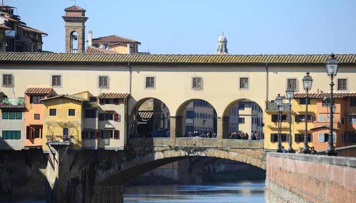 15χρονη Ελληνίδα συνελήφθη να βανδαλίζει την ιστορική γέφυρα Ponte Vecchio στη Φλωρεντία
