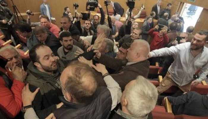 Επεισόδια στη ΓΣΕΕ - Απίστευτο σκηνικό χάους στη συνεδρίαση της Ολομέλειας