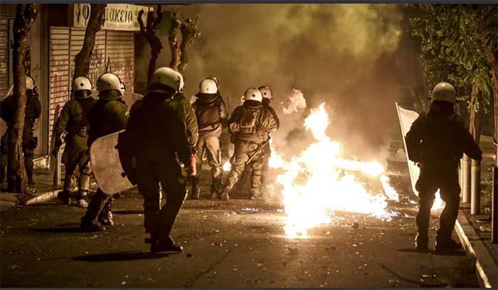 Επεισοδιακό Σαββατόβραδο: Επιθέσεις με μολότοφ στα γραφεία του ΣΥΡΙΖΑ και στα Εξάρχεια