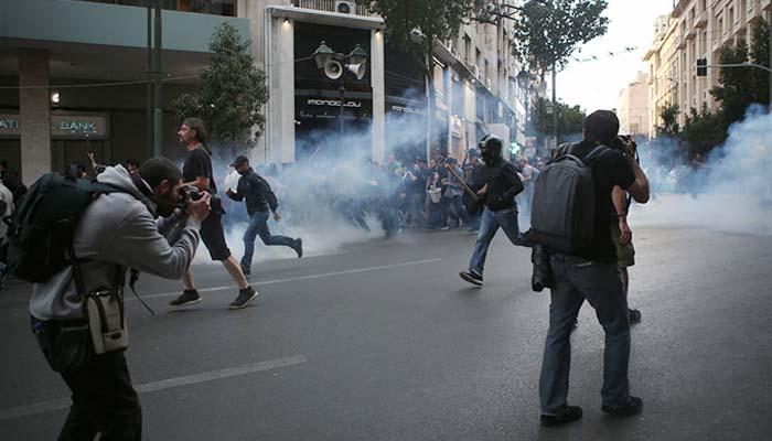 Ένταση, χημικά και βανδαλισμός του εκλογικού περιπτέρου του Κ. Μπακογιάννη στην πορεία για τον Κουφοντίνα
