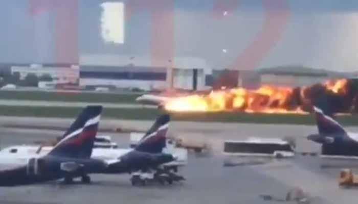Μόσχα: Αναγκαστική προσγείωση αεροσκάφους που τυλίχθηκε στις φλόγες – Ένας νεκρός