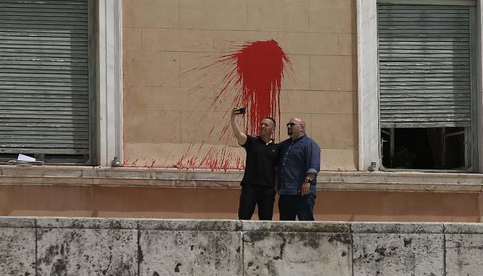 Έγινε κι αυτό: Κασιδιάρης και Παναγιώταρος βγάζουν selfie μπροστά στις μπογιές του Ρουβίκωνα στηυ Βουλή