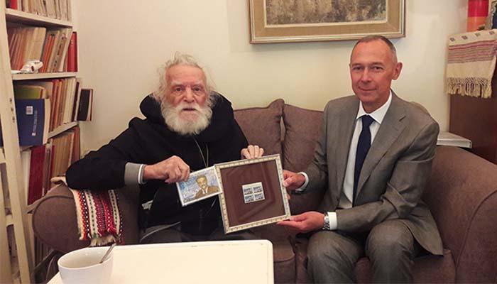 Ο Ρώσος πρέσβης επισκέφθηκε στο σπίτι του τον αγνώριστος ο Μανώλη Γλέζο