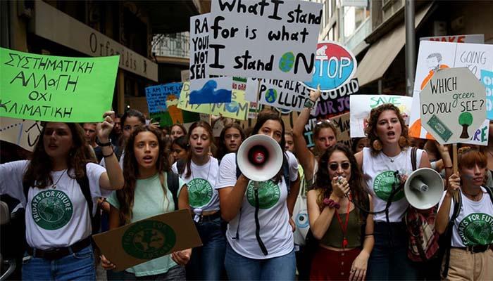 «Είμαστε το μέλλον», βροντοφώναξαν εκατομμύρια νέοι σε όλο τον κόσμο για το κλίμα
