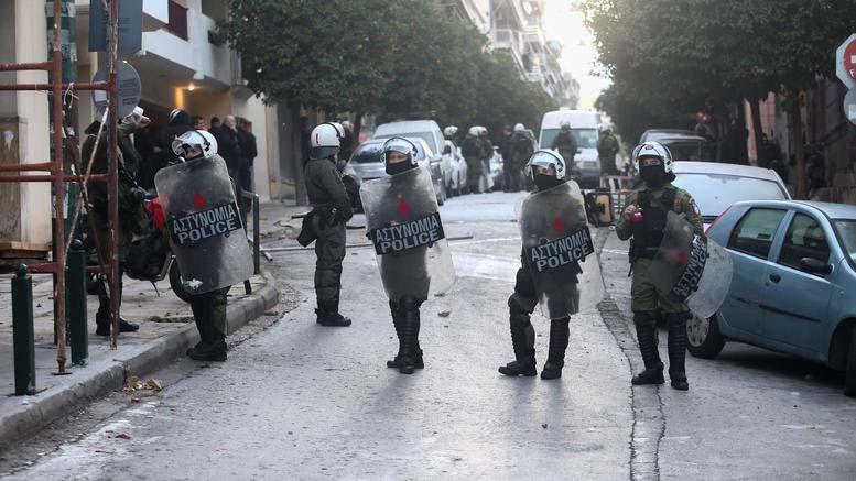 Τριπλή αστυνομική επιχείρηση εκκένωσης καταλήψεων στο Κουκάκι - Ένταση και χρήση χημικών