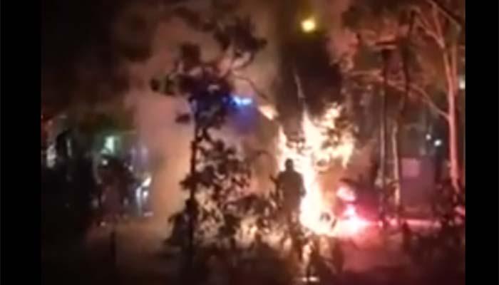 Εξάρχεια: Κάηκε και το δεύτερο χριστουγεννιάτικο δέντρο [βίντεο]