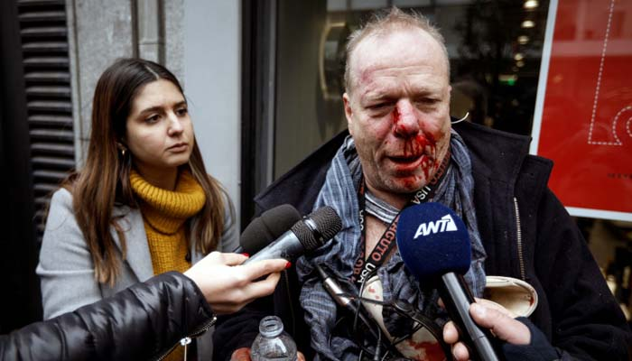 Ντροπή: Ακροδεξιοί ξυλοκόπησαν άγρια, στο Σύνταγμα, δημοσιογράφο της Deutsche Welle