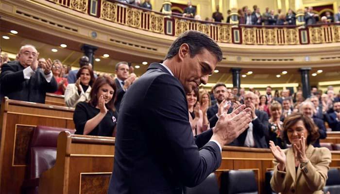 Ισπανία: Ο Σάντσεθ με δύο ψήφους διαφορά και την αποχή των καταλανών αυτονομιστών σχηματίζει κυβέρνηση συνασπισμού