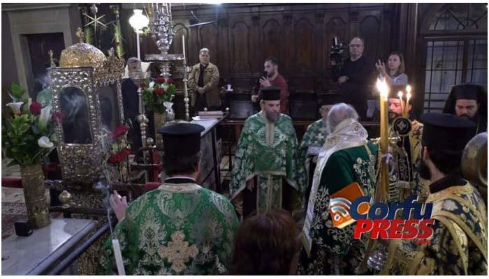 Απίστευτο: Στην Θεία Λειτουργία η δήμαρχος Κέρκυρας που έδινε εντολές να ...μείνουμε σπίτι
