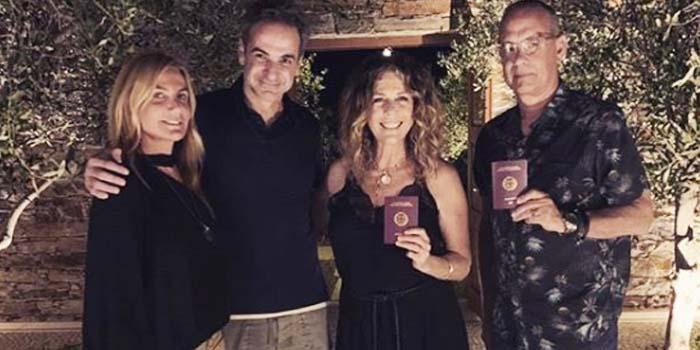 Τομ Χανκς και Ρίτα Γουίλσον στην Αντίπαρο μαζί με τον Κυριάκο & Μαρέβα Μητσοτάκη και τα ελληνικά τους διαβατήρια
