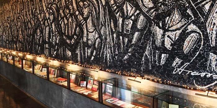 ΚΚΕ: Έκθεση φωτογραφίας, αντικειμένων και εκδόσεων στην είσοδο των γραφείων στον Περισσό